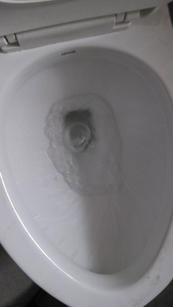 恒洁的马桶冲水时反泡